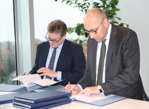 Signature Ceremony at KfW: G. Giacomini (CNF), O.Zymelka (KfW)